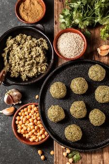 Powyżej widok na smaczną kompozycję żydowskiego jedzenia