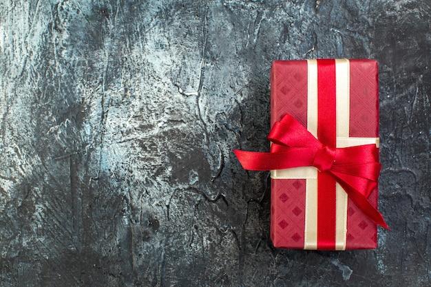 Powyżej widok pięknego pudełka na prezenty po lewej stronie na ciemnym