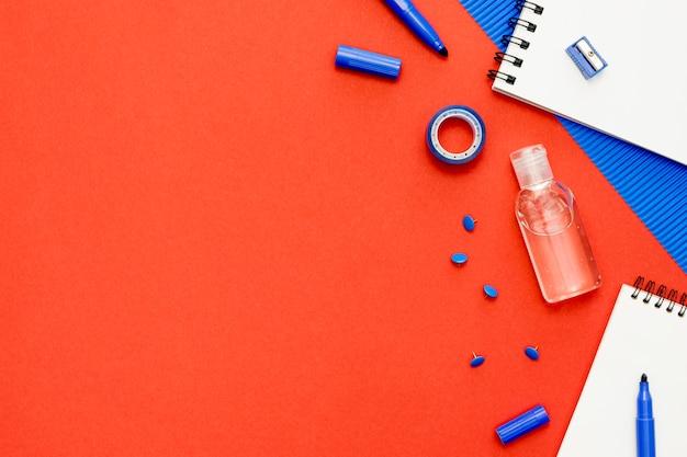 Powyżej widok przedmiotów szkolnych na czerwonym tle