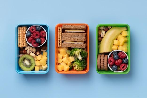 Powyżej widok pudełek śniadaniowych ze zdrową żywnością
