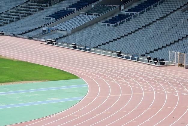Powyżej widok pustego stadionu lekkoatletycznego