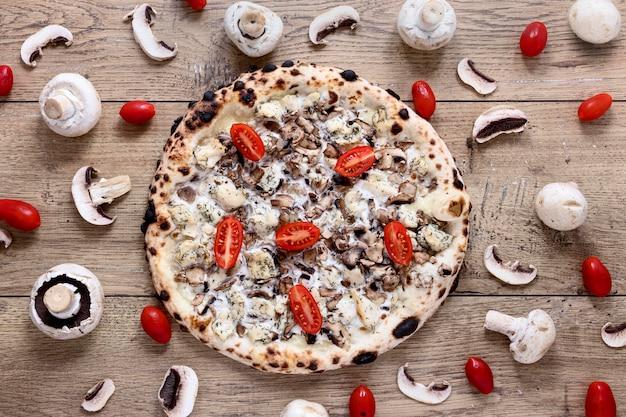 Powyżej widok pyszna pieczarkowa pizza