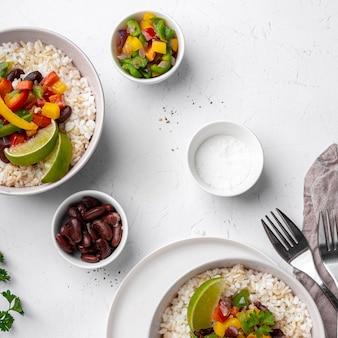 Powyżej widok pysznego brazylijskiego jedzenia z ryżem