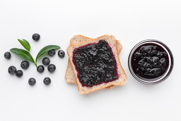 Powyżej widok smaczny dżem na chlebie