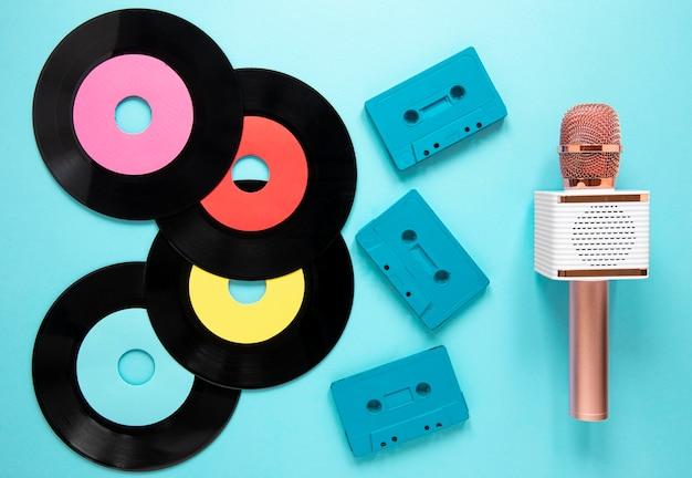 Powyżej widok starych płyt winylowych z kasetą magnetofonową