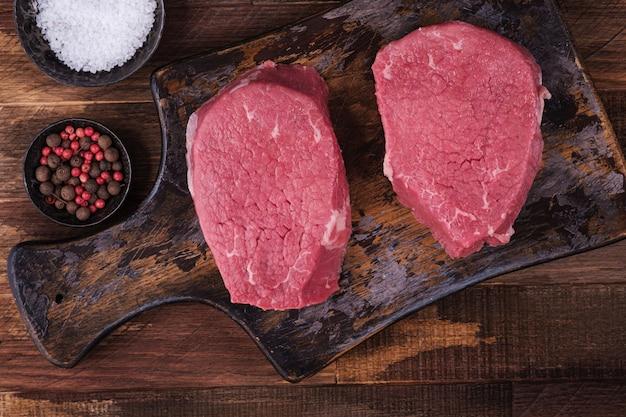 Powyżej widok stek wołowy z przyprawami