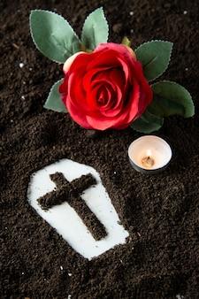 Powyżej widok trumny z pogrzebem ponurego żniwiarza z czerwonym kwiatem