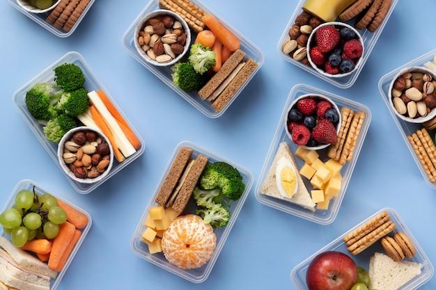 Powyżej widok układu pudełek na lunch z jedzeniem