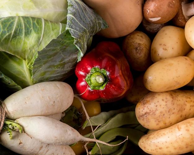 Powyżej widok układu świeżych warzyw