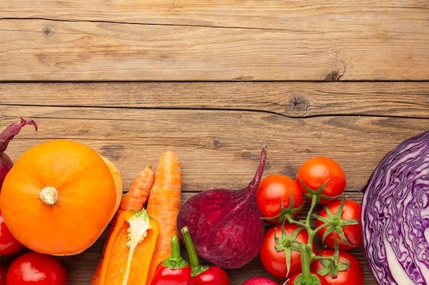 Powyżej widok warzyw na drewnianym stole