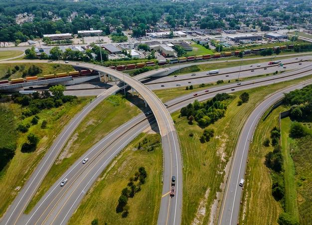 Powyżej widok z lotu ptaka drogi węzła transportowego z ruchem samochodowym branży transportowej cleveland ohio usa