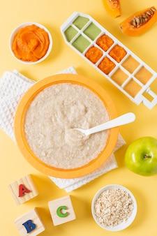 Powyżej widok żywności dla niemowląt z jabłkiem