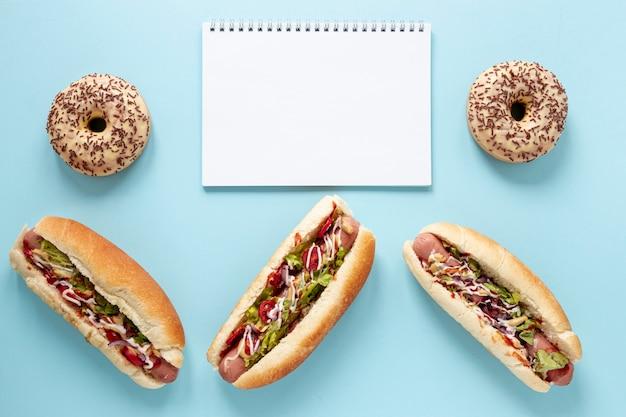 Powyżej widoku asortyment z hot-dogami i niebieskim tłem