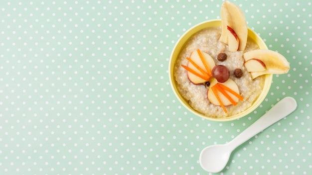 Powyżej widoku miska z jedzeniem dla niemowląt