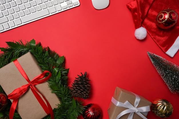 Powyżej widoku pudełka na prezenty świąteczne na czerwonym tle.