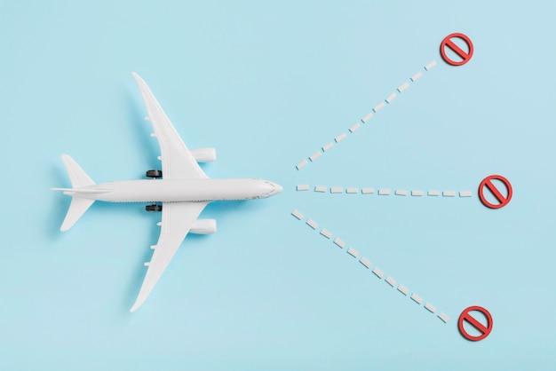 Powyżej widoku samolotu zabawka na niebieskim tle