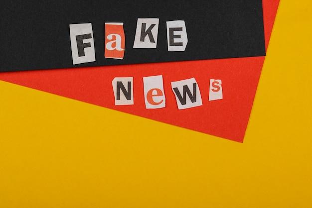 Powyżej zobacz koncepcję fałszywych wiadomości z miejsca na kopię