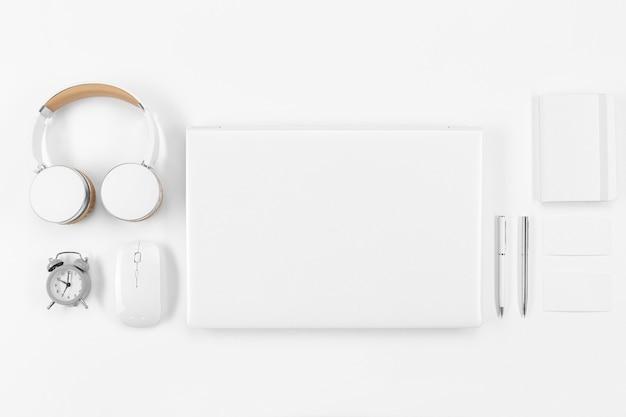 Powyżej zobacz urządzenia i układ notebooków