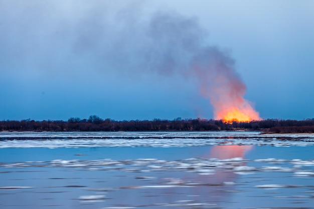 Pożar lasu na wiosnę podczas dryfu lodu