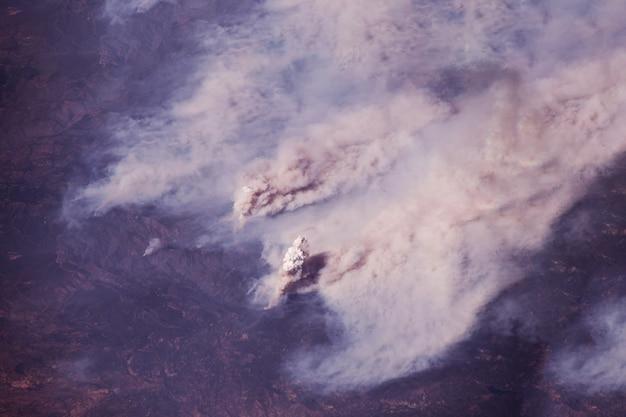 Pożar lasu z kosmosu. elementy tego obrazu dostarczyła nasa. zdjęcie wysokiej jakości