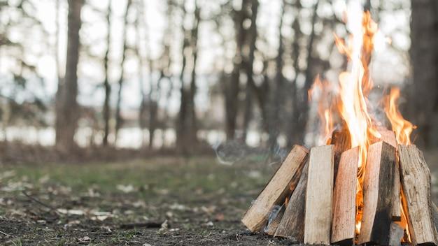 Pożar obozu z bliska