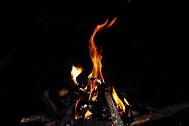 Pożar w kominku, z bliska.