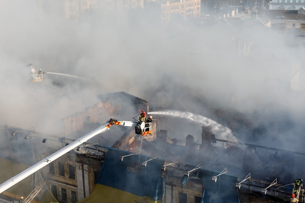 Pożar w trzypiętrowym domu w kijowie
