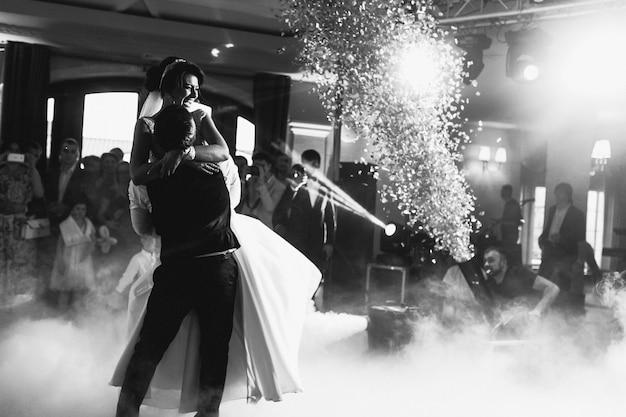 Pożary bengalskie wysadzają w powietrze, podczas tańców weselnych
