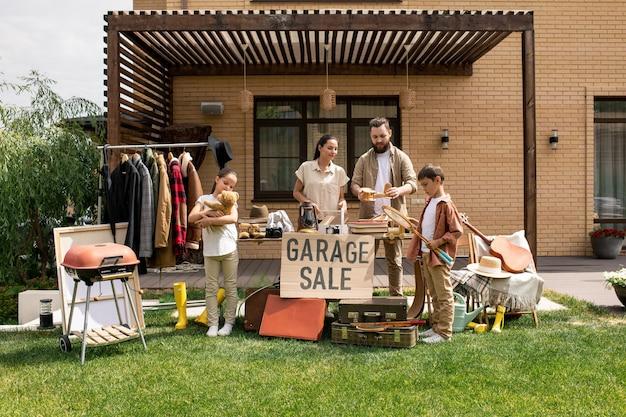 Pożegnanie ze starymi rzeczami na wyprzedaży garażowej