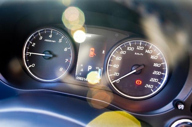 Poziom oleju i paliwa w obrotomierzu prędkościomierza