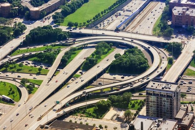 Poziom ulicy patrząc w górę, widok z lotu ptaka miasta chicago z prowadzącym do centrum w stanie illinois w usa
