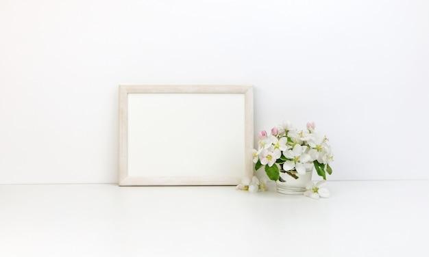 Pozioma ramka w kwiaty z białymi kwiatami