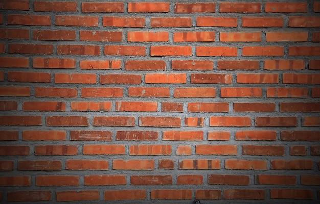 Pozioma ściana z czerwonej cegły.
