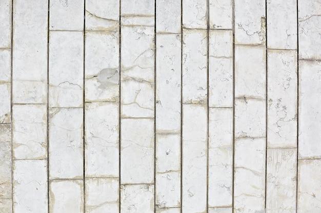 Pozioma tekstura szarych płytek na ścianie
