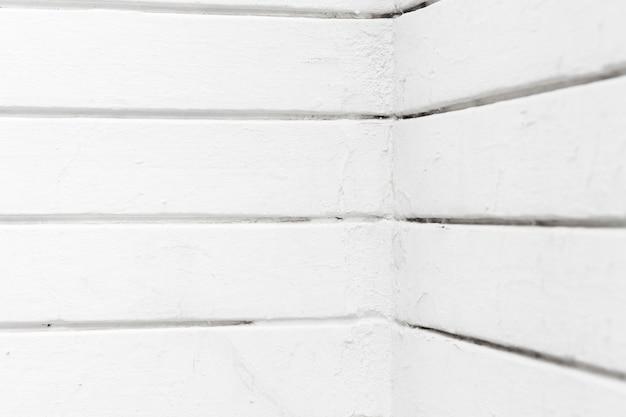 Poziome białe linie narożnych ścian