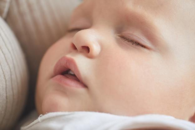 Poziome bliska strzał caucasion chłopca śpi twarz z otwartymi ustami