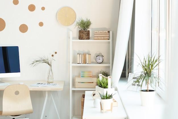 Poziome nikt nie strzelał z nowoczesnego minimalistycznego wnętrza pokoju w świetle dziennym