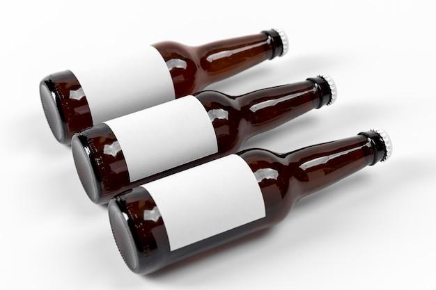 Poziome piwa pod wysokim kątem z pustymi etykietami