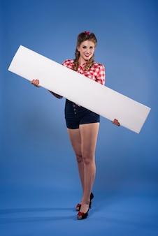Poziome plakietki trzymane przez kobietę pin up