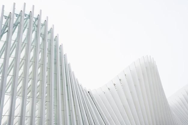 Poziome ujęcie abstrakcyjne budynki z białymi metalicznymi żebrami i szklanymi oknami