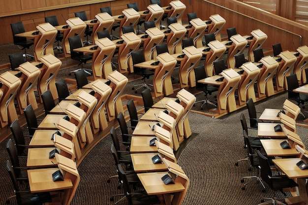 Poziome ujęcie biurek wewnątrz budynku parlamentu szkockiego