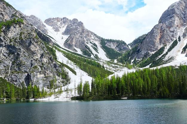 Poziome ujęcie jeziora prags w parku przyrody fanes-senns-prags w południowym tyrolu