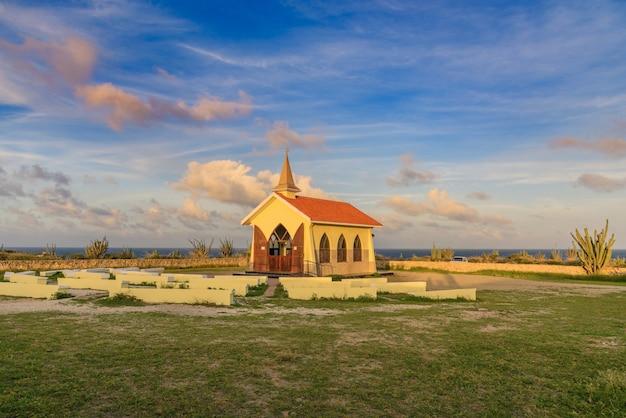 Poziome ujęcie kaplicy alto vista znajdującej się w noord na arubie pod pięknym niebem