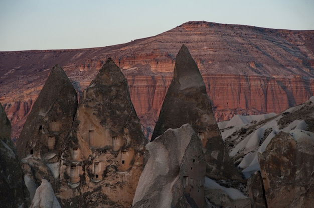 Poziome ujęcie klifów i skał oraz kanionu w tle