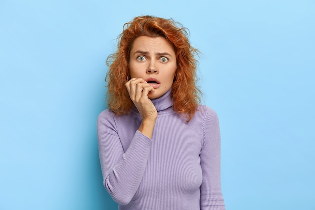 Poziome ujęcie niespokojnej, przerażonej kobiety otwiera usta, jest intensywne i zdenerwowane