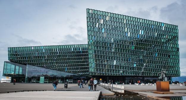 Poziome ujęcie pięknej sali koncertowej na islandii z dużą liczbą odwiedzających
