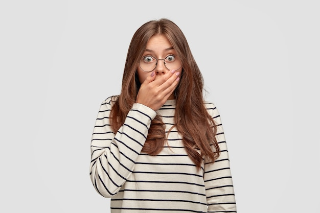 Poziome ujęcie stresującej uwarstwionej młodej kobiety sapie z powodu szoku i strachu