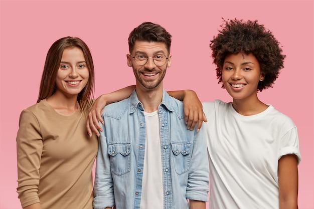 Poziome ujęcie trzech nastolatków rasy mieszanej spędzających razem czas