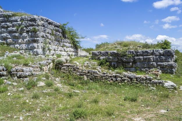 Poziome ujęcie widoku z rzymskiego fortu wojskowego w asyrii