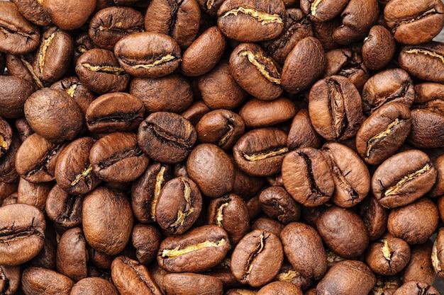 Poziome zbliżenie na brązowe ziarna kawy tekstura tło wzór